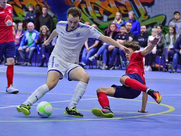 Hinh 2 Cach Chon Giay Da Banh Futsal