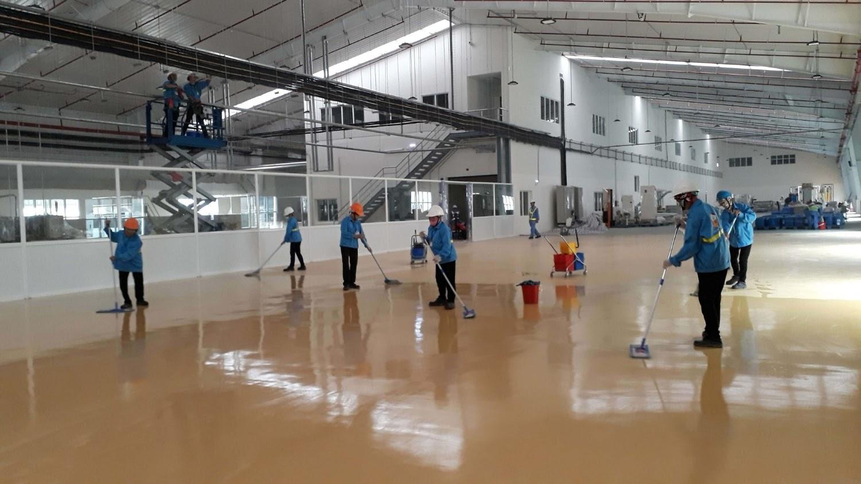 Quá trình vệ sinh sàn nhà xưởng cần nhiều nhân lực và máy móc.